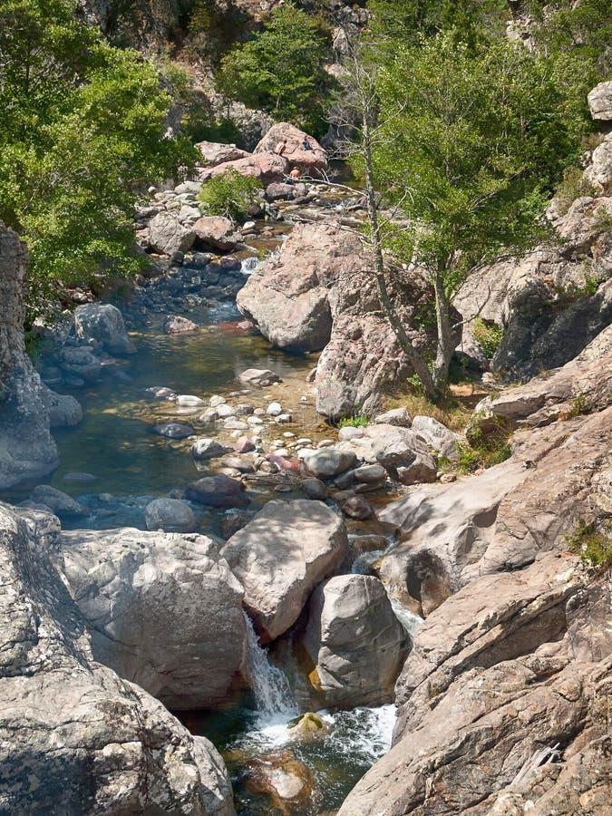 Een stroom die een rotsachtige berg doornemen royalty-vrije stock afbeeldingen