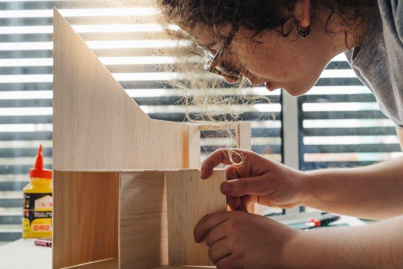 Een student die van de Vrouwenarchitectuur aan modellen werken stock foto