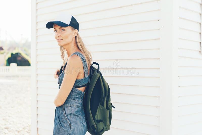 Een student met een omgeslagen rugzak stock foto