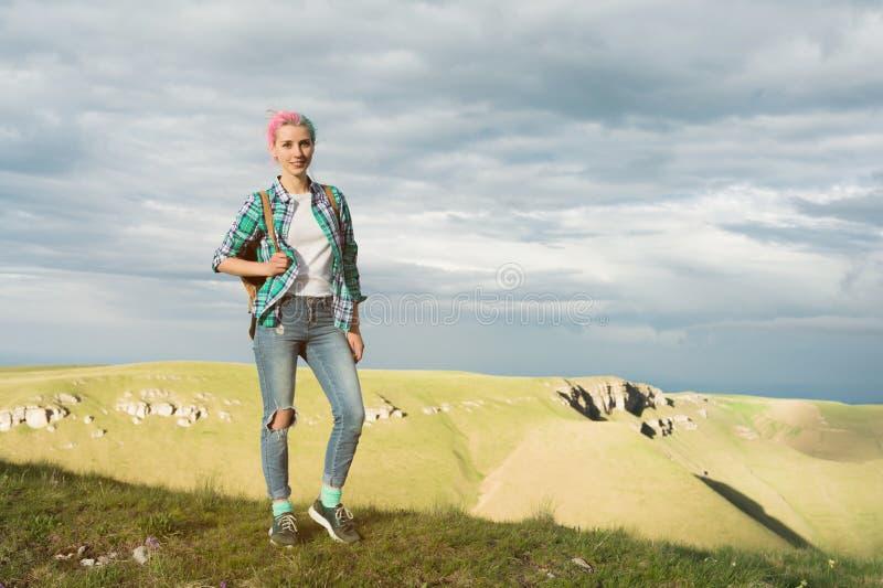 Een studentenmeisje in openlucht in het platteland op de reis van de de zomerzomer het glimlachen Kaukasische vrouwelijke hogesch royalty-vrije stock fotografie