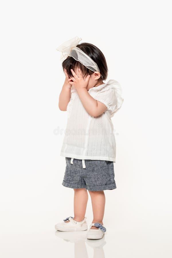 Een studio van een Koreaans meisjes jong kind dat wordt geschoten stock foto