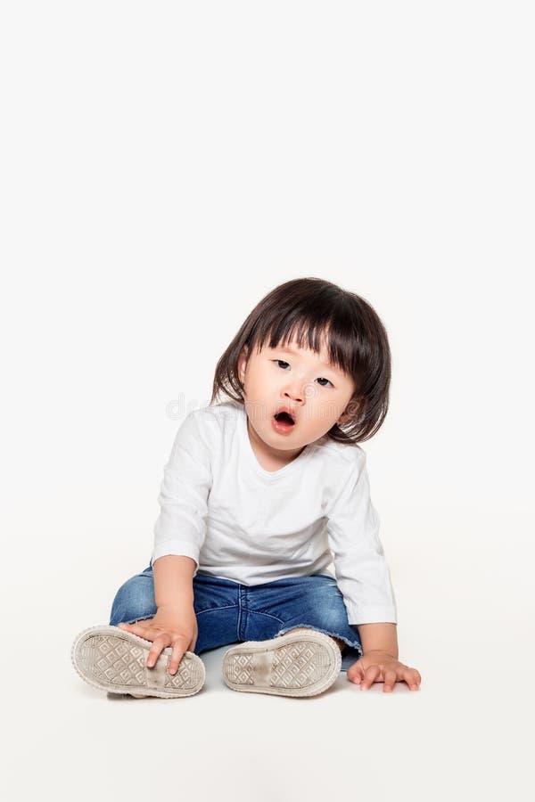 Een studio van een Koreaans meisjes jong kind dat wordt geschoten royalty-vrije stock foto