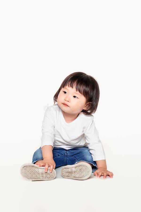 Een studio van een Koreaans meisjes jong kind dat wordt geschoten royalty-vrije stock fotografie