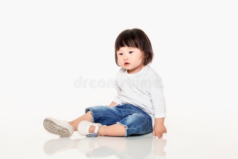 Een studio van een Koreaans meisjes jong kind dat wordt geschoten royalty-vrije stock afbeelding