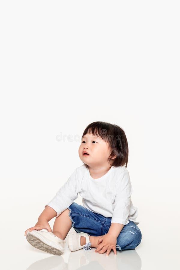 Een studio van een Koreaans meisjes jong kind dat wordt geschoten stock afbeeldingen