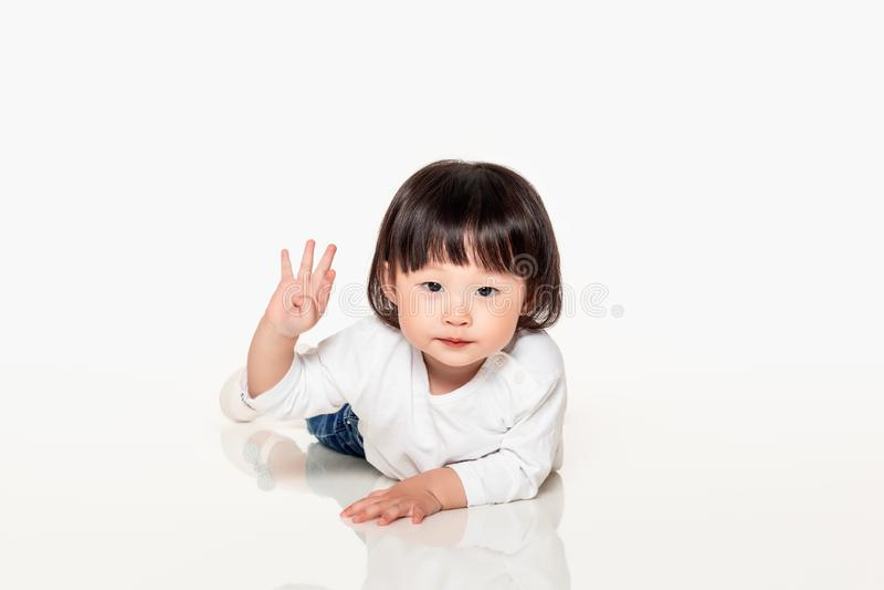Een studio van een Koreaans meisjes jong kind dat wordt geschoten royalty-vrije stock foto's