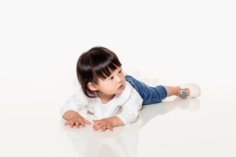 Een studio van een Koreaans meisjes jong kind dat wordt geschoten stock afbeelding