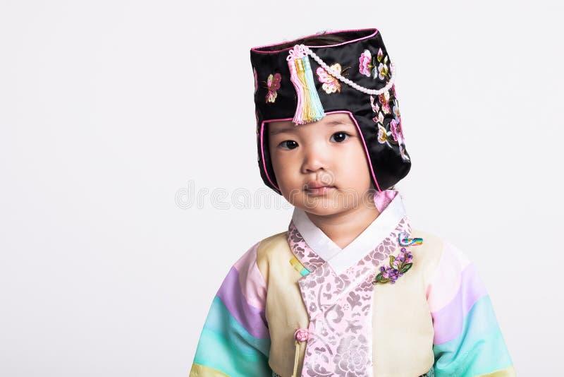 Een studioportret van een jong meisje die een Koreaans traditioneel kostuum, Hanbok, met een gelukkige glimlach dragen stock afbeelding