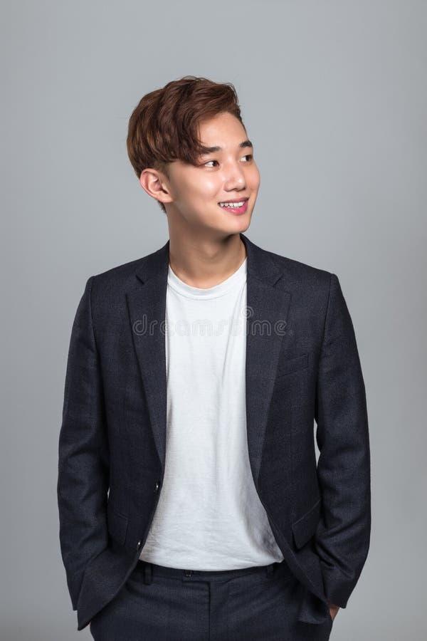 Een studioportret van een jonge van het Bedrijfs oosten Aziatische mens die pret het denken hebben royalty-vrije stock afbeelding