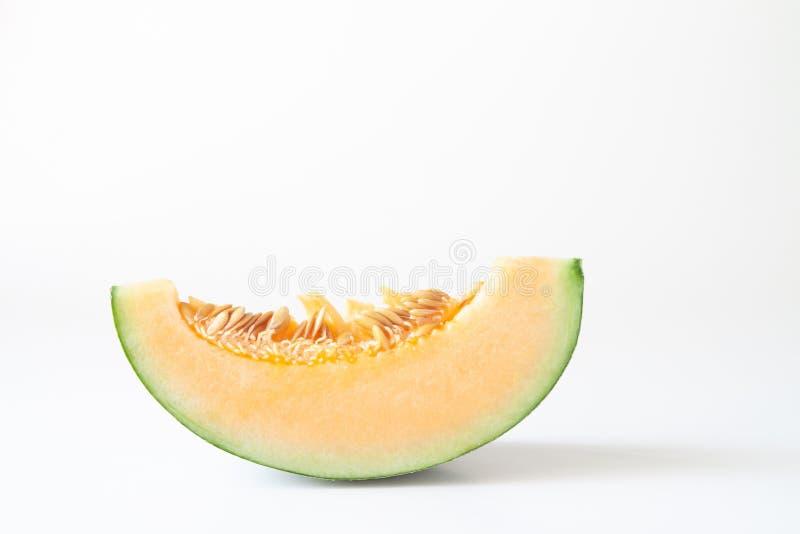 Een stuk van gesneden oranje meloen of Japanse die meloen op witte achtergrond wordt geïsoleerd royalty-vrije stock foto's