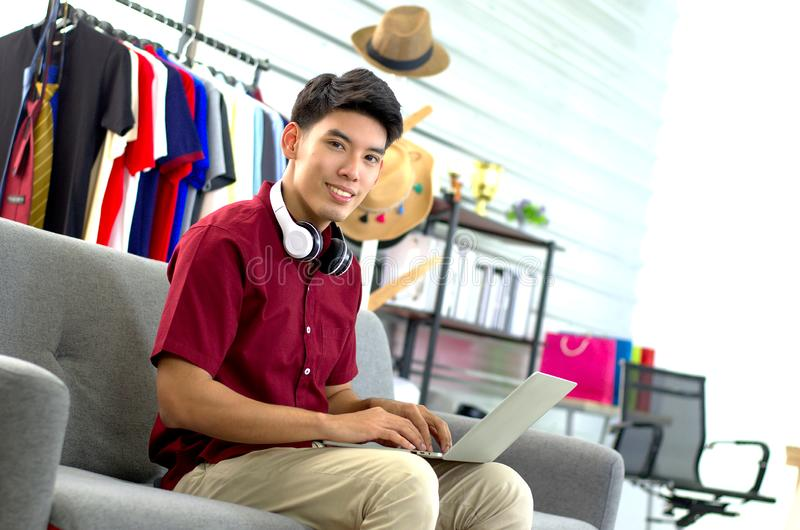 Een succesvolle jonge zakenman die aan laptop werkt royalty-vrije stock afbeeldingen