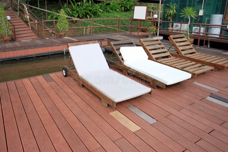 Een sundeck op houten vloer van drijvend vlot op Rivier Kwai Noi Res stock foto