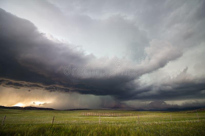 Een supercellonweer laat vallen hopen van regen en hagel over de hoge vlaktes van Wyoming royalty-vrije stock foto's