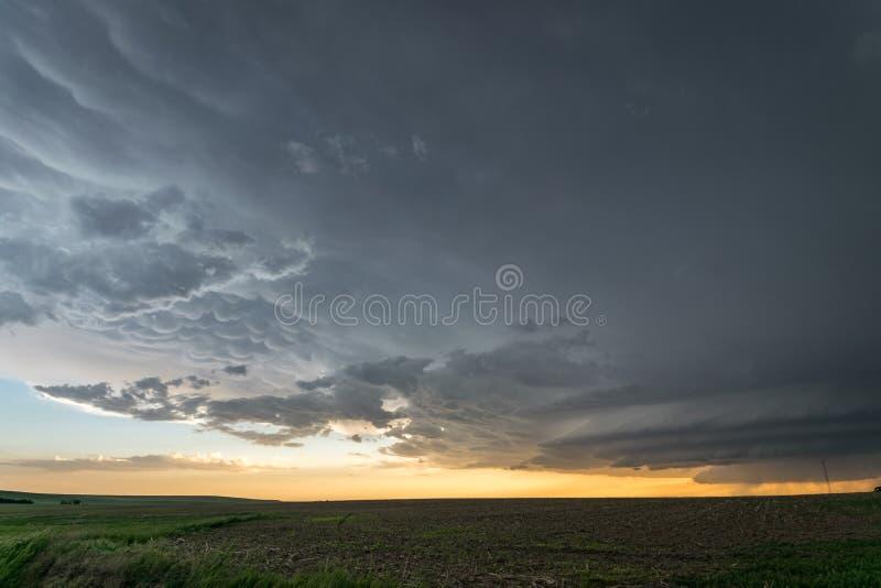 Een supercellonweersbui met mammatus betrekt over de vlaktes van oostelijk Colorado bij zonsondergang royalty-vrije stock foto's
