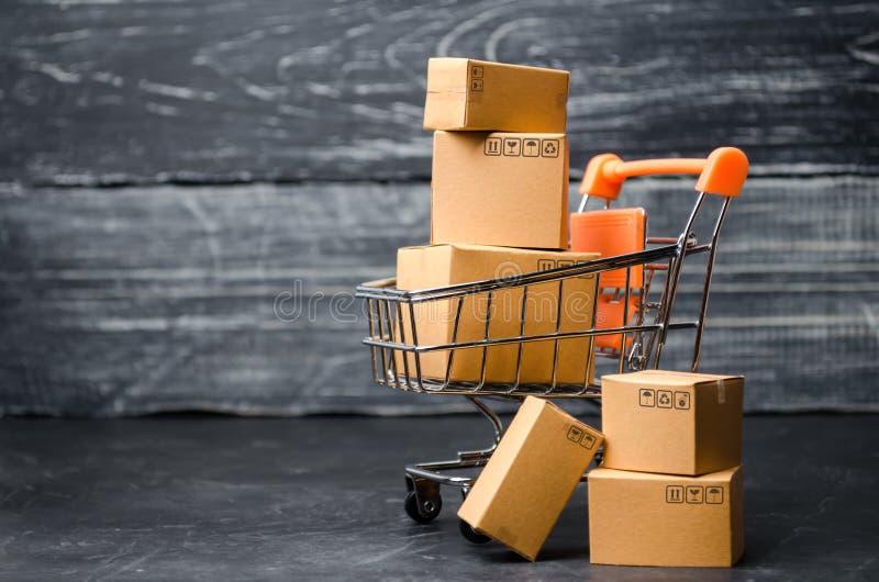Een supermarktkar laadde met kartondozen Verkoop van goederen concept die handel en handel, online winkelen hoog levering stock foto's