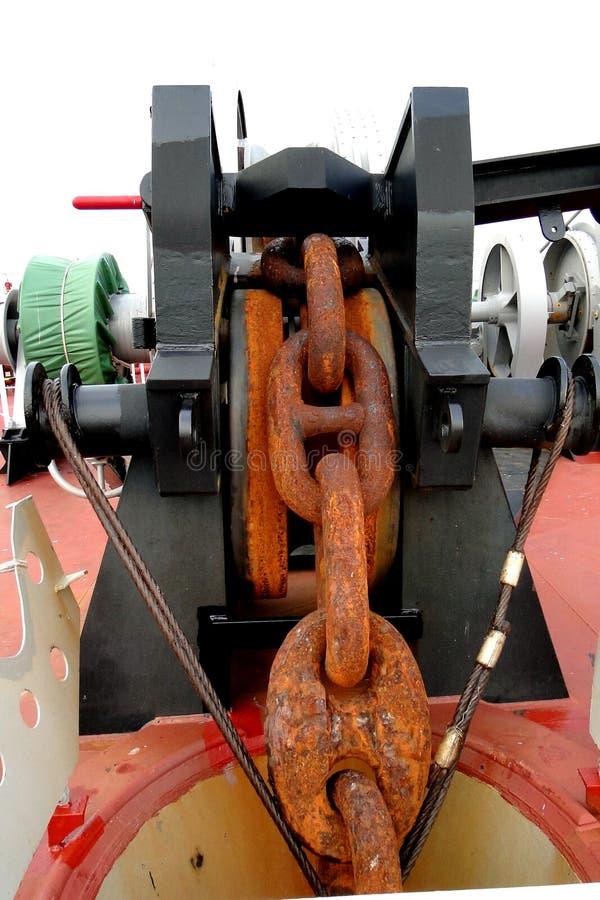 Een supertanker gecombineerd VLCC het varen op het overzees, neemt de ketting van het roesten op, stock afbeeldingen