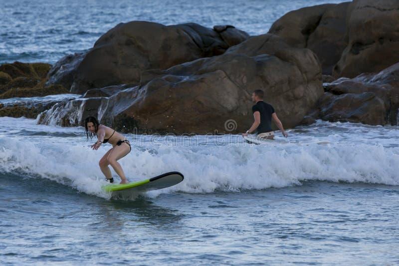 Een surfer bij Arugam-Baai op de oostkust van Sri Lanka stock fotografie