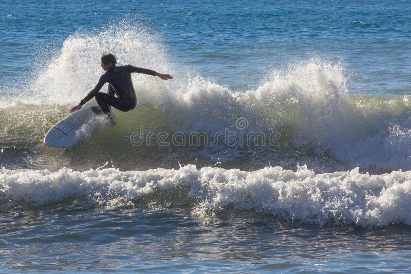 Een surfer neemt een golf stock foto's