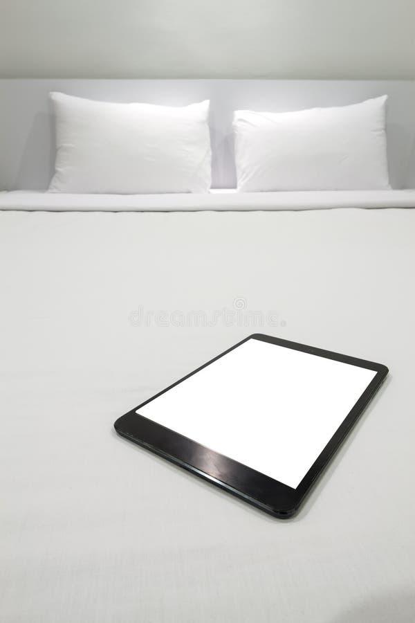 Een tablet op een bed royalty-vrije stock fotografie
