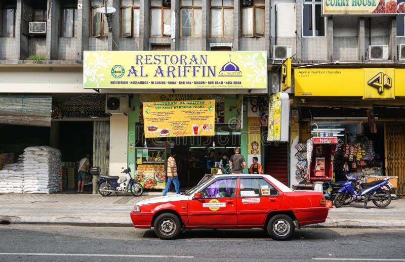 Een taxi die op straat bij Chinatown in Kuala Lumpur, Maleisië lopen stock afbeelding