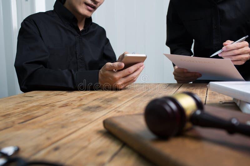 Een team van advocaten en rechtskundige adviseurs die samenwerken stock foto's