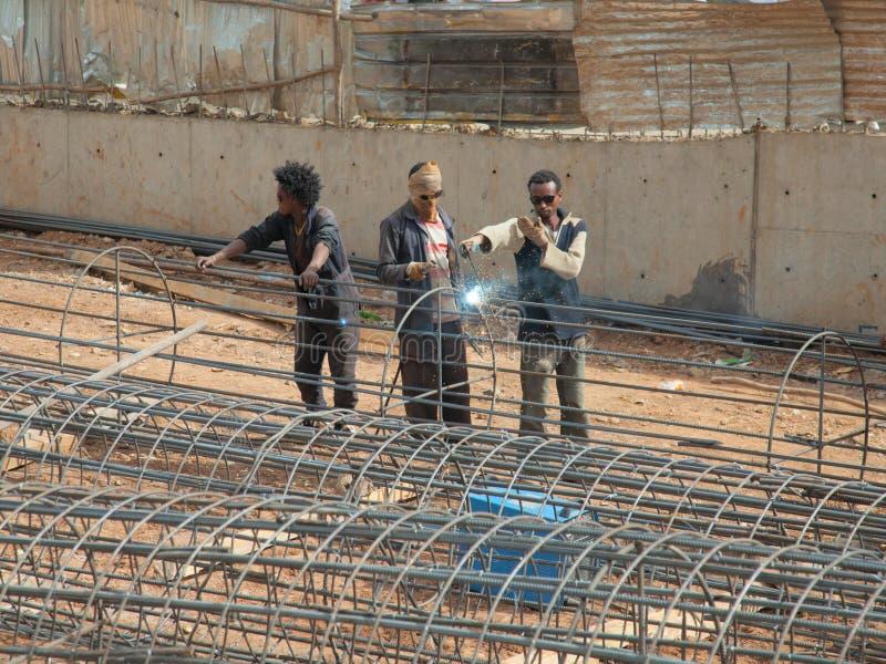 Een team van lassers op de straat van Addis Ababa royalty-vrije stock afbeelding