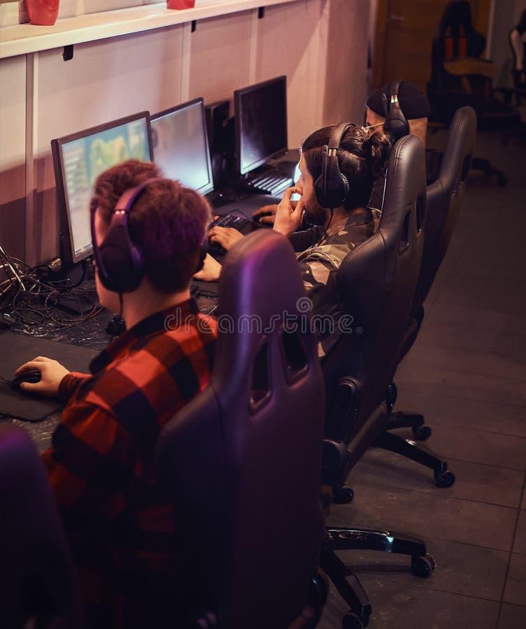 Een team van professionele cyber sportmans, treinen voor het kampioenschap, speelt in een multiplayervideospelletje op PC in een  royalty-vrije stock afbeeldingen