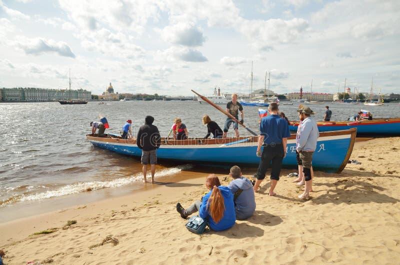 Een team van roeiers op de kust royalty-vrije stock foto