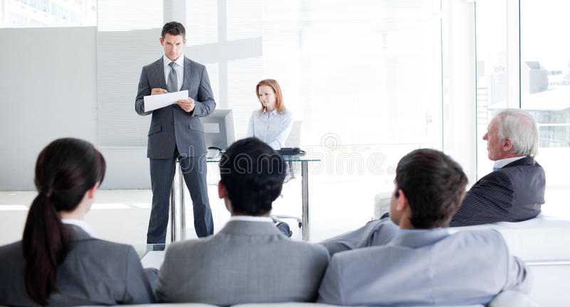 Een teamleider die aan zijn collega's spreekt royalty-vrije stock afbeelding