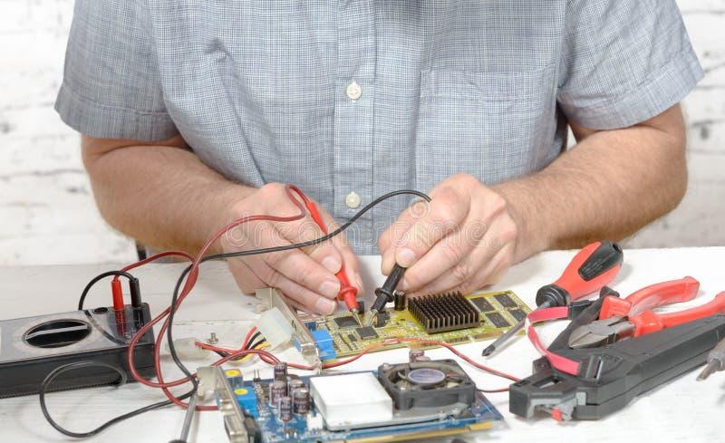 Een technicus die een computer herstellen royalty-vrije stock afbeeldingen