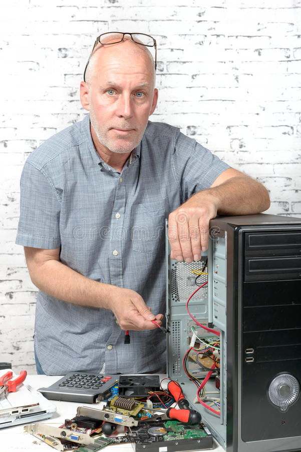 Een technicus die een computer herstellen royalty-vrije stock foto's