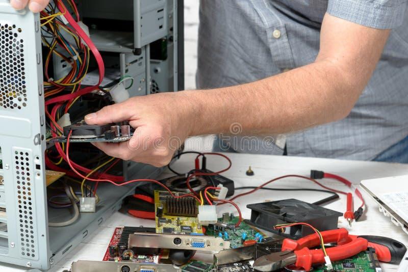 Een technicus die een computer herstellen stock foto