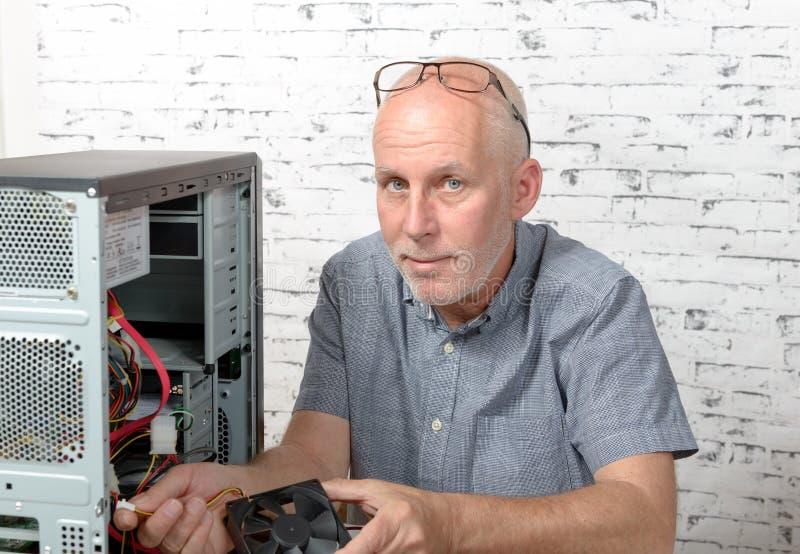 Een technicus die een computer herstellen stock fotografie