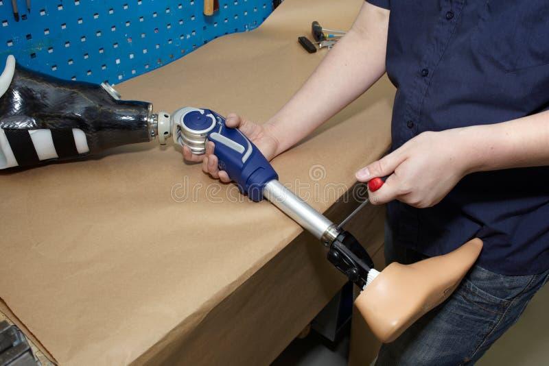 Een technicus past een prothetische voet aan. stock foto