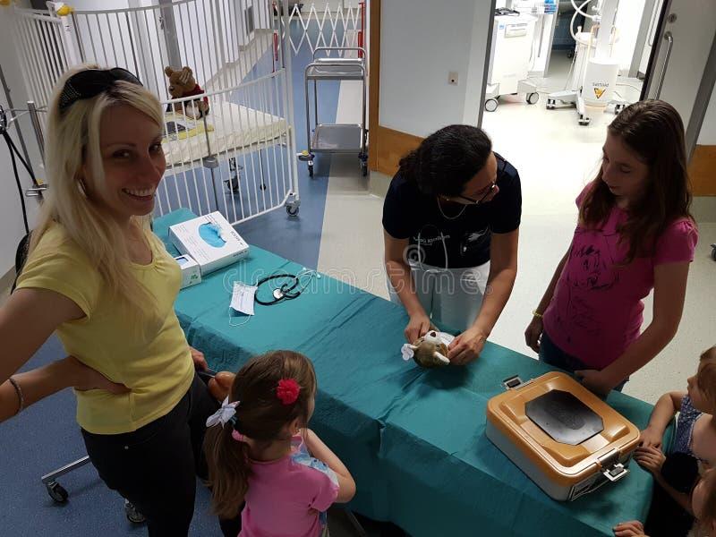 Een Teddy-ziekenwagen voor de kinderen en zijn speelgoed royalty-vrije stock afbeelding