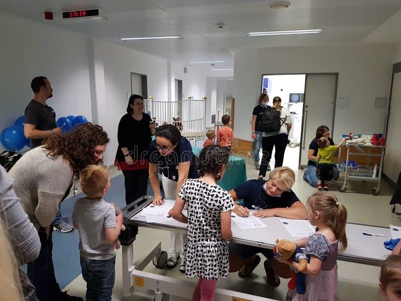 Een Teddy-ziekenwagen voor de kinderen en zijn speelgoed royalty-vrije stock foto's