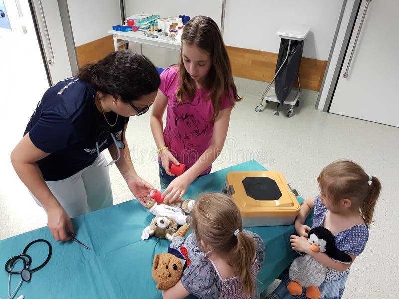 Een Teddy-ziekenwagen voor de kinderen en zijn speelgoed stock foto's