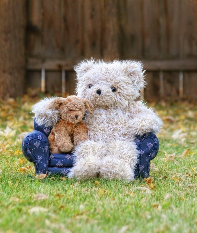 Een teddybeer op een laag met een stuk speelgoed hond royalty-vrije stock foto's