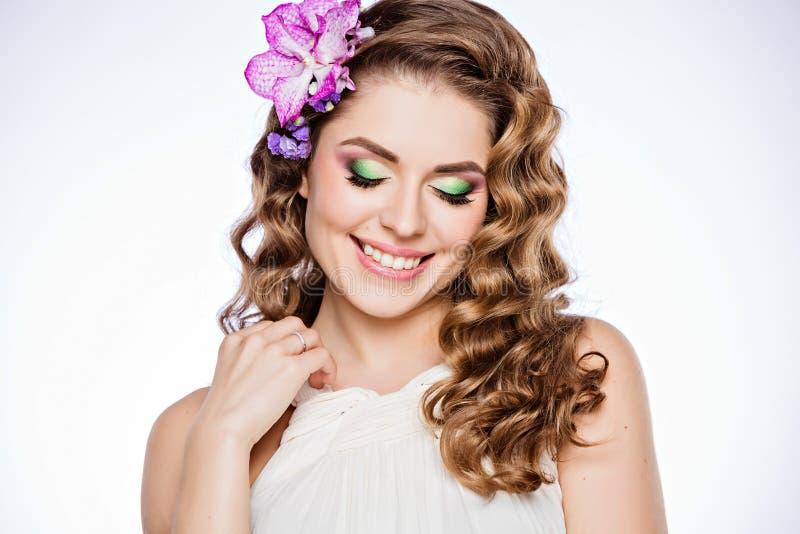 Een teder portret van een zeer leuk meisje met bruin krullend haar en stock fotografie