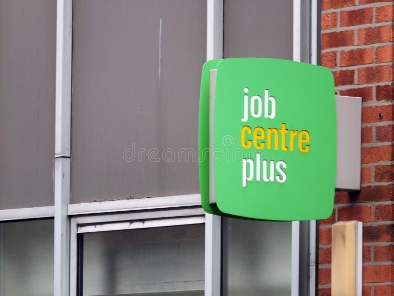 een teken buiten een baancentrum plus in Leeds Engeland door de Britse Afdeling voor het Werk en Pensioenen voor zijn working-age stock foto