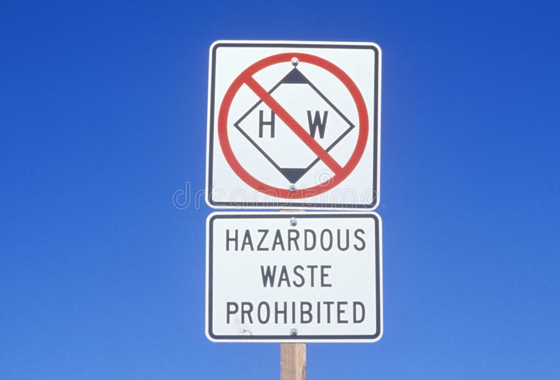 Een teken dat ï ¿ ½ Gevaarlijk afval prohibitedï ¿ ½ leest stock fotografie