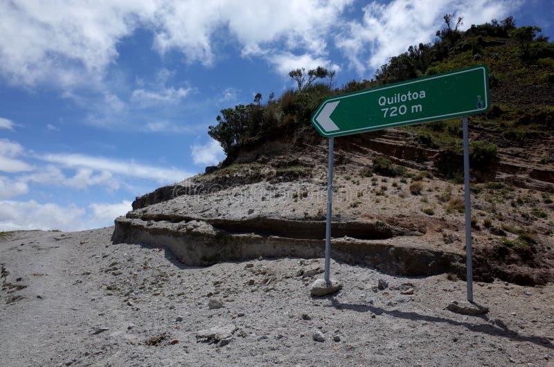 Een teken merkt de manier van de Quilotoa-Lijnstijging stock fotografie