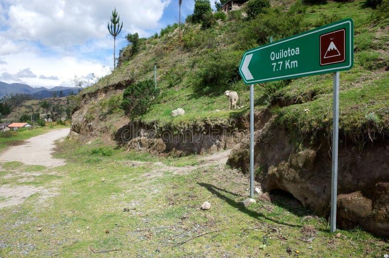 Een teken merkt de manier van de Quilotoa-Lijnstijging stock foto's