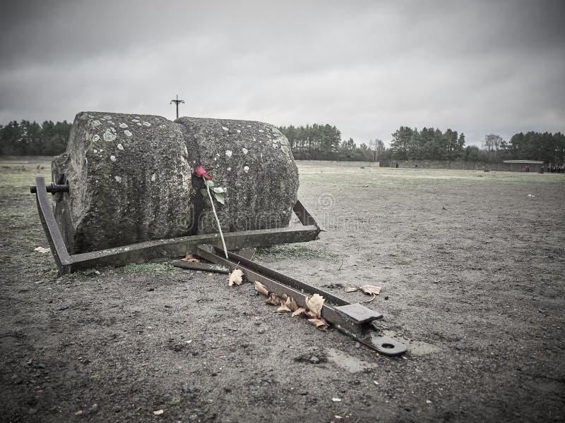 Een teken met een bloem om de slachtoffers van Sachsenhause te herinneren royalty-vrije stock foto's