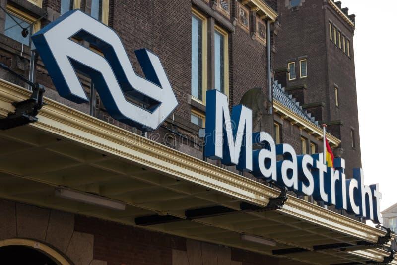 Een teken op het belangrijkste station van het gebouw stock foto