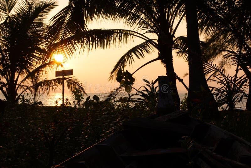 Een teken op een tropisch eiland tijdens zonsondergang stock afbeeldingen