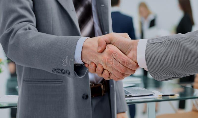 In een teken van samenwerking, schudden de partners handen na het ondertekenen stock fotografie