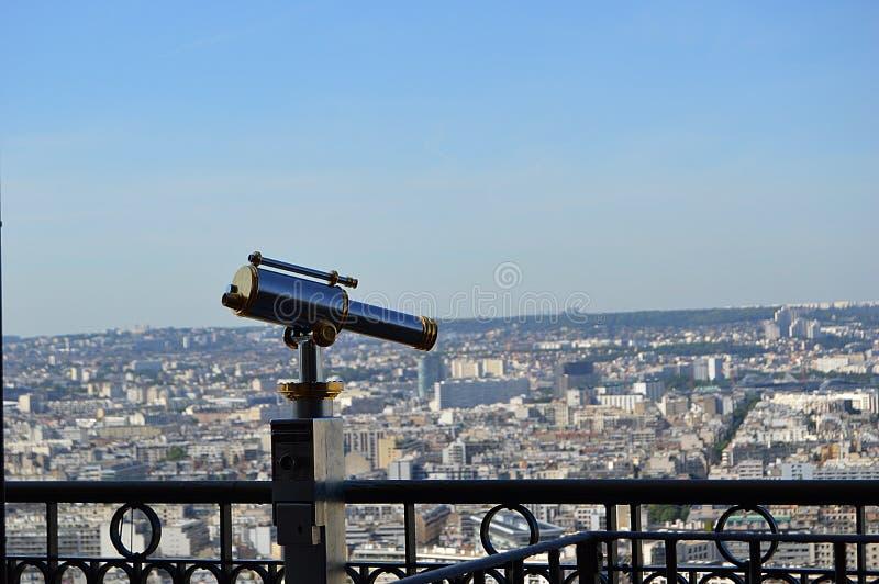 Een telescoop met de mening over Parijs stock fotografie