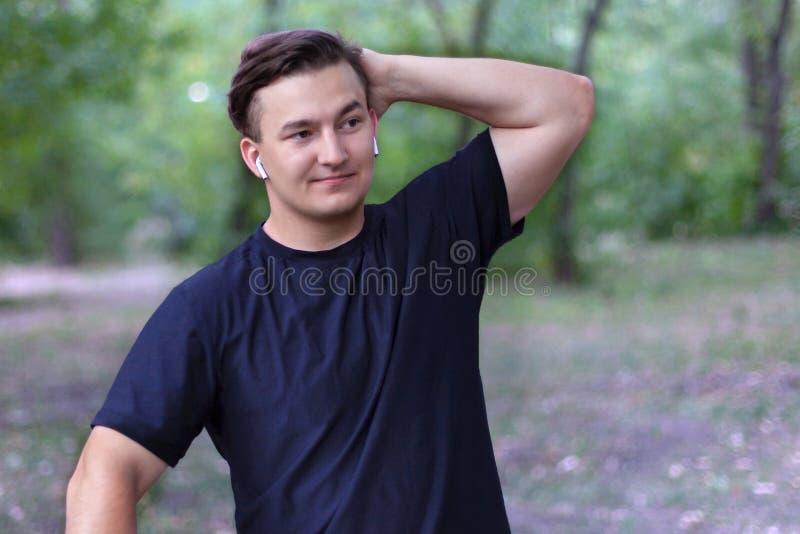Een teleurgestelde jonge Kaukasische mens zet een hand op het hoofd, gaat iets verkeerd, ingewikkeld betreurt of droevige uitdruk stock foto