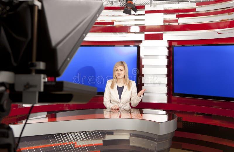 Een televisie anchorwoman bij studio stock foto